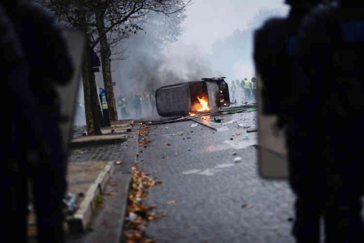 De nombreuses voitures ont été incendiées dans le quartier des Champs-Elysées.