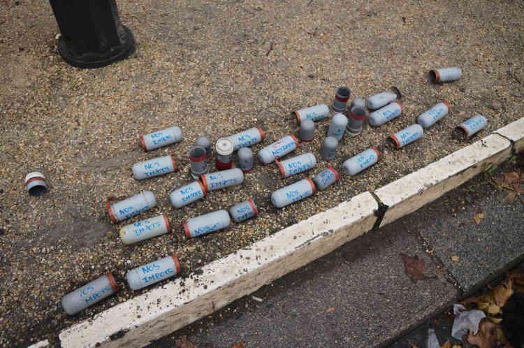 Des cartouches de grenades lacrymogènes récupérées par les«gilets jaunes», qui ont écrit dessus«nos impôts».