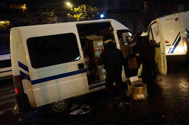 Les forces de l'ordre réceptionnent une livraison de grenades lacrymogènes, en prévision de la soirée.