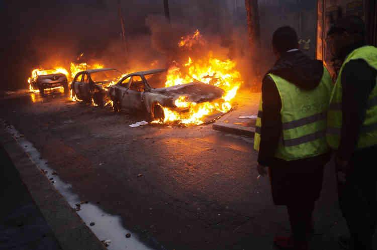 Des voitures ont été également incendiées sur l'avenue Kléber. Lespoints «chauds» se sont déplacés aux abords de la place de l'Etoile au fil de la journée.