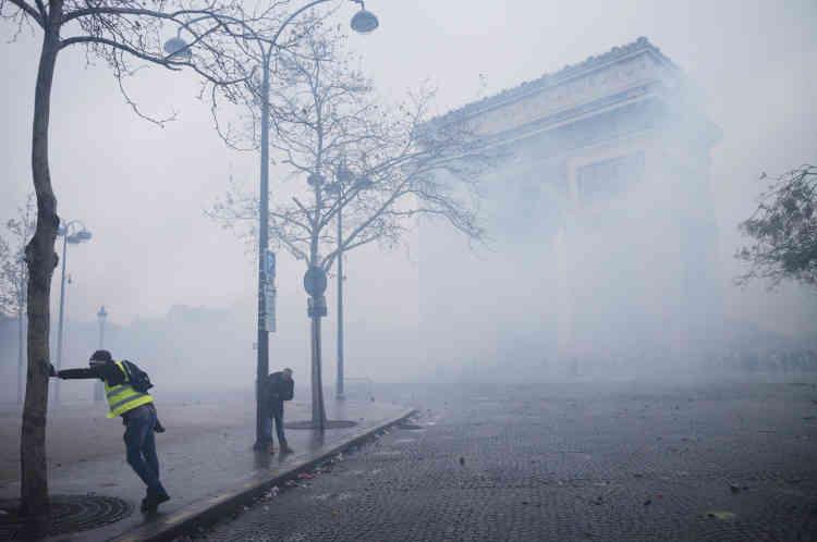 La place de l'Etoile, sous une brume de gaz lacrymogène.