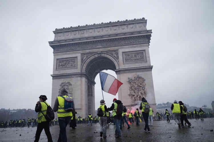 Sur la place de l'Etoile, le point principal de rassemblement des«gilets jaunes» à Paris, samedi 1er décembre dans la matinée.