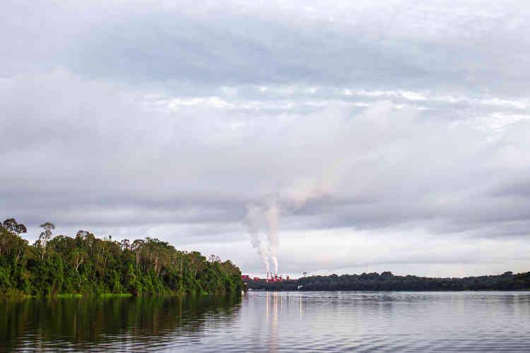 """«Déforestation, esclavage moderne, surexploitation des terres, expropriation sont au centre de ce travail de Sebastián Liste intitulé """"Mythes de justice dans la forêt amazonienne"""". »"""