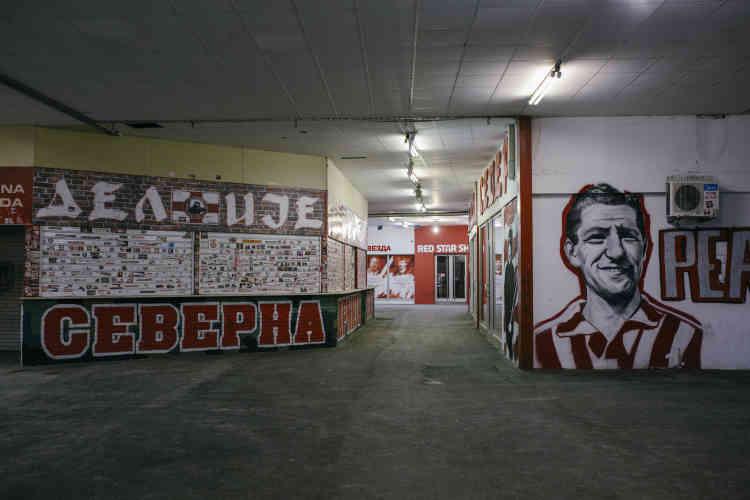 L'ancienne légende du club Rajko Mitic est partout dans le stade, depuis la statue devant l'entrée à son portrait à l'étage de la direction, en passant par les graffitis dans les entrailles du stade.
