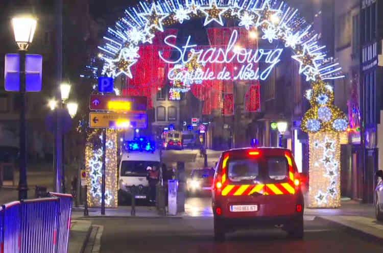 Sur la place Kléber, habituellement effervescente à deux semaines des fêtes de Noël, un point de regroupement des victimes a été installé, avant d'être levé en milieu de soirée, une fois l'ensemble des victimes évacuées vers les centres hospitaliers.