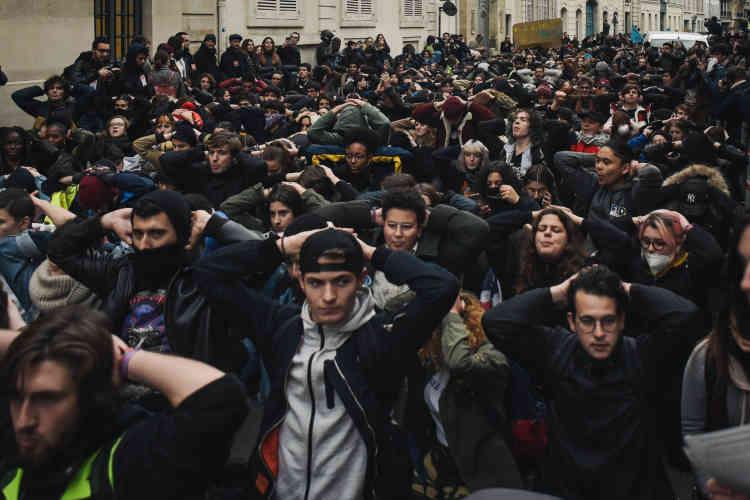 Des lycéens et étudiants rejouent la scène de l'arrestation de Mantes-la-Jolie.