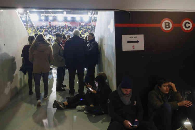 Les supporteurs de basket sont restés confinés dans le stade Rhénus, les yeux rivés sur leur téléphone pour suivre l'actualité.