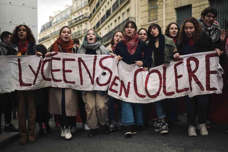 Des lycéens et étudiants manifestent dans le sillage du mouvement des «gilets jaunes», à Paris, le 11 décembre.