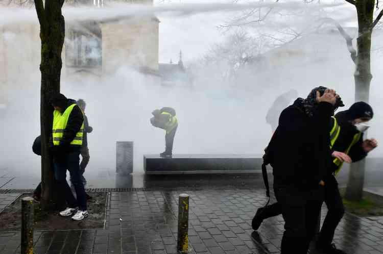 Sur la place Pey Berland à Bordeaux, la police utilise un canon à eau pour disperser les« gilets jaunes», le 15 décembre.