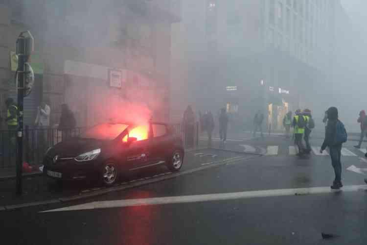 A Nantes une voiture est incendiée dans le secteur du quai de la Fosse, le 15 décembre.