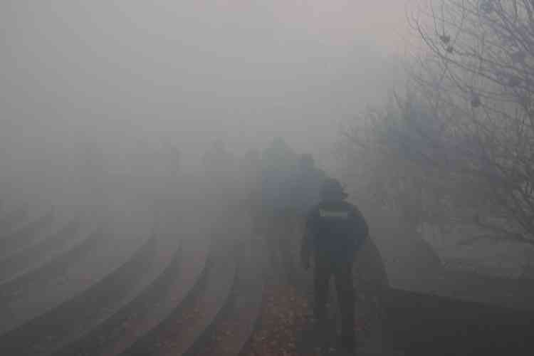 Des policiers dans une brume de gaz lacrymogènes près de la préfecture de Nantes où se sont rassemblés les« gilets jaunes» le 15 décembre.