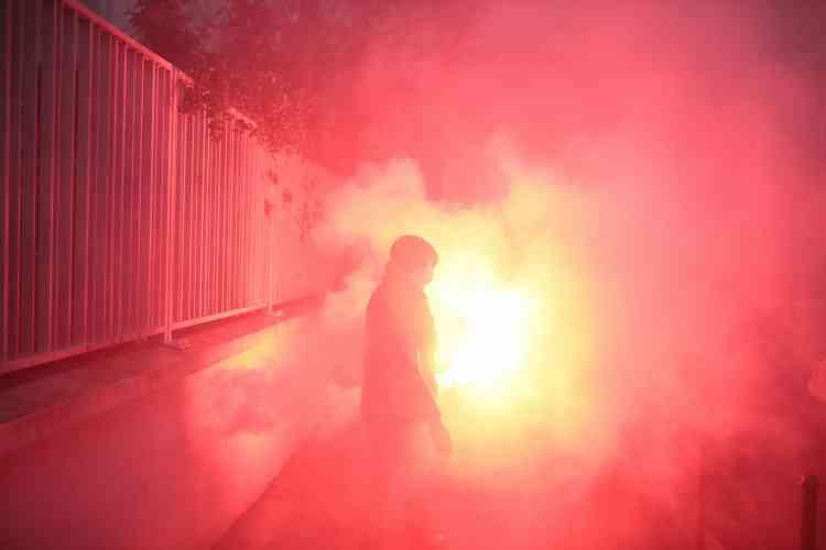 Fumigènes et gaz lacrymogènes dans les environs de la place du Commerce à Nantes, le 15 décembre.