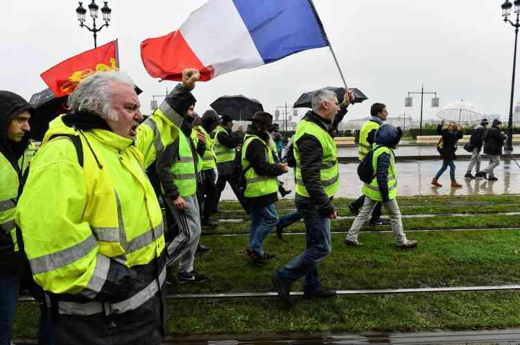 A Bordeaux le cortège des« gilets jaune» défile sous la pluie, le 15 décembre.
