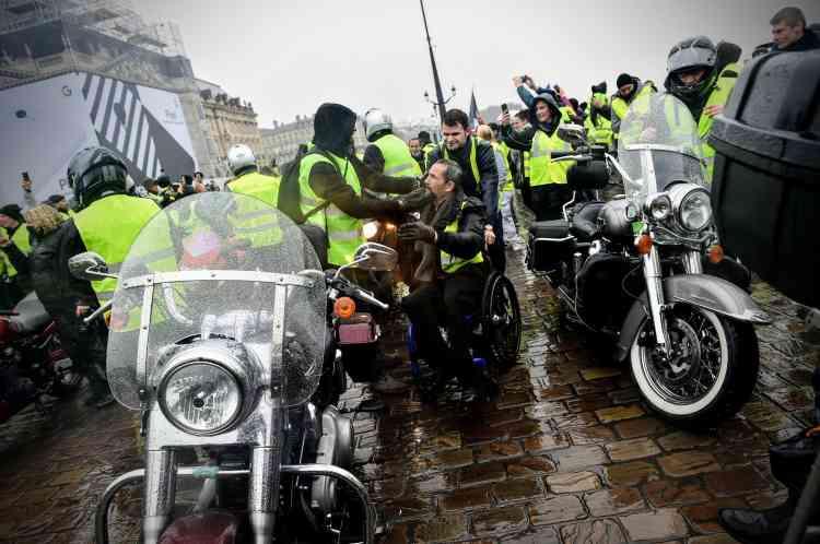 A Bordeaux, des motards« gilets jaunes» attendent le départ du cortège, le 15 décembre.