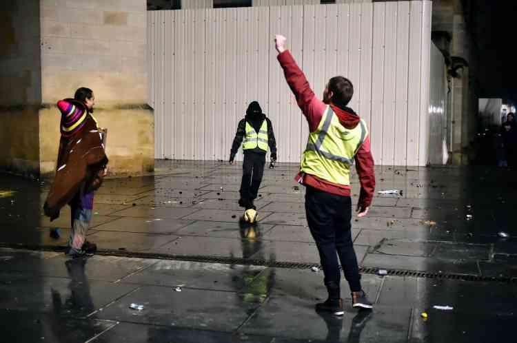 Une fois le cortège dispersé, quelques gilets jaunes restent jouer au football sur la place Pey Berland à Bordeaux, au soir du 15 décembre.