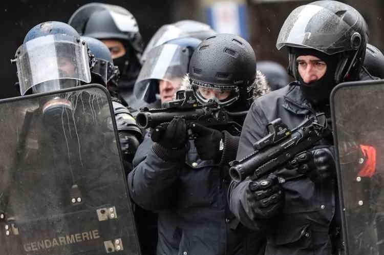 Des policiers armés de Flash-Ball (LBD40) sur l'avenue des Champs-Elysées à Paris le 15 décembre.