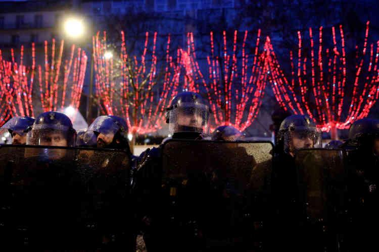 Des gendarmes sur les Champs-Elysées à Paris, le 15 décembre.