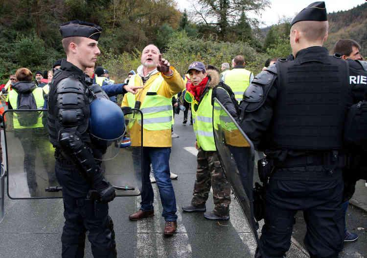A Biriatou, près de la frontière france-espagnole, des « gilets jaunes» tentent de bloquer le trafic routier, le 15 décembre.