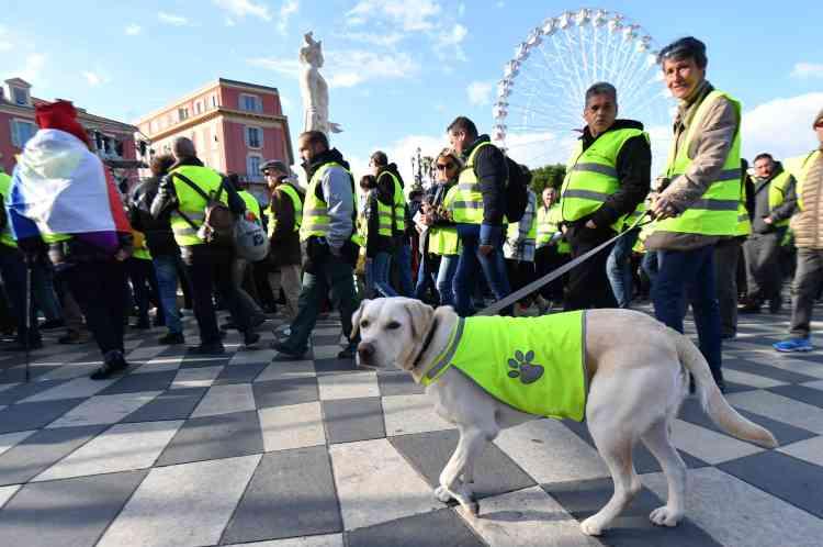 Le cortège des « gilets jaunes» dans le centre-ville de Nice, le 15 décembre.
