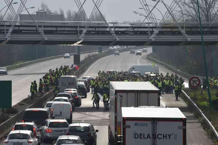 A Toulouse, les « gilets jaunes» bloquent la rocade routière au niveau de La Roseraie, le 15 décembre.