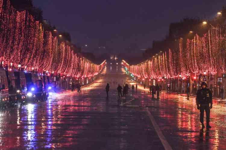 L'avenue des Champs-Elysées à Paris, déserte après la dispersion des« gilets jaunes» par les forces de l'ordre, le 15 décembre.