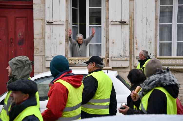 Un cortège de « gilets jaunes» parcourt les rues de Rochefort en Charente-Maritime, le 15 décembre.
