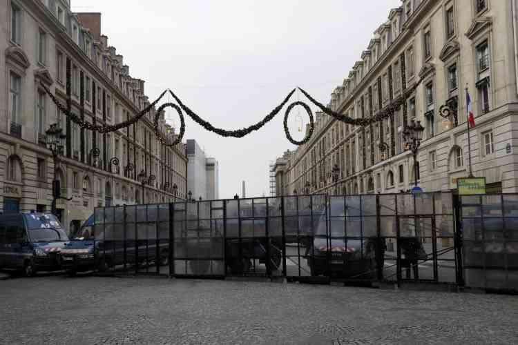 Une rue barrée préventivement par la police dans le quartier de la Concorde à Paris, le 15 décembre.