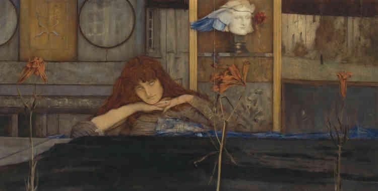 """«Une jeune fille rousse à l'expression mélancolique """"a refermé [sa] porte sur [elle-même]"""". Le titre du tableau est emprunté à un poème de Christina Rossetti (1830-1894), la sœur du peintre préraphaélite, Dante Gabriel Rossetti. A l'arrière-plan, figure la statue d'Hypnos, le dieu du sommeil, placée dans une niche à côté d'une fleur de pavot. L'œuvre fourmille d'énigmes visuelles qui mettent à rude épreuve la sagacité du regardeur.»"""