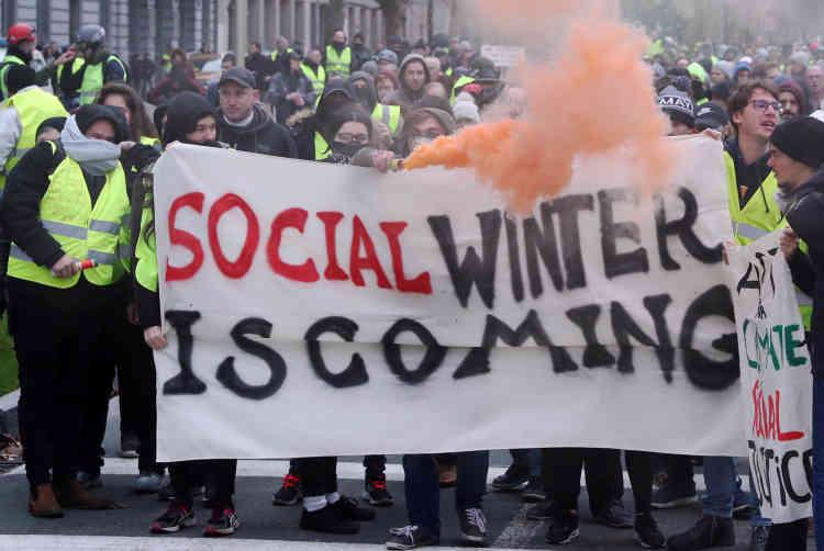 Des manifestants en gilet jaune protestent contre la hausse du prix de l'essence à Bruxelles, le 8 décembre. Le mouvement des «gilets jaunes», apparu en France, s'est exporté en Belgique, en particulier dans la région francophone de Wallonie. Le 30novembre, une manifestation de 300 personnes a dégénéré à Bruxelles, où deux véhicules de police ont été incendiés.