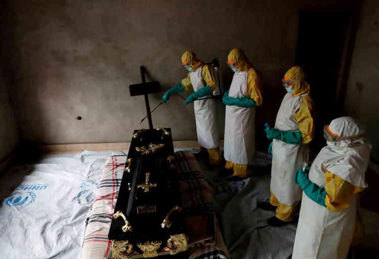 Le personnel sanitaire décontamine une pièce lors d'un enterrement à Beni, dans la province du Nord-Kivu, en République démocratique du Congo, le 9 décembre.