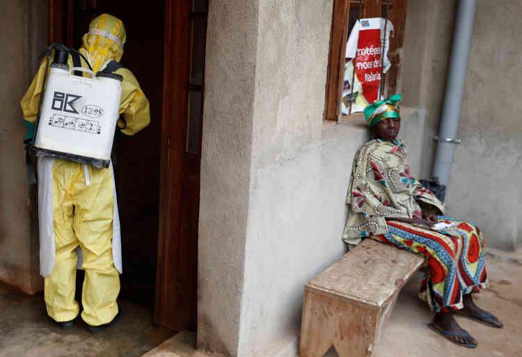 Un travailleur sanitaire entre dans une maison où un bébé est soupçonné d'être mort d'Ebola. A Beni, dans la province du Nord-Kivu, en République démocratique du Congo, le 13 décembre.