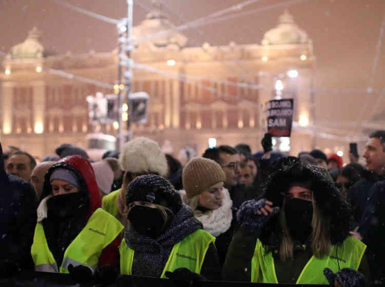 Des manifestants portent des gilets jaunes dans les rues de Belgrade, en Serbie, le15décembre, après qu'un député de l'opposition, BoskoObradovic, a appelé à manifester contre le prix de l'essence.
