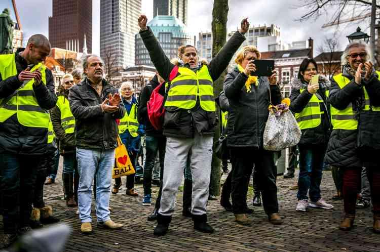 Des manifestants en gilet jaune à La Hague, aux Pays-Bas, le 8 décembre 2018.
