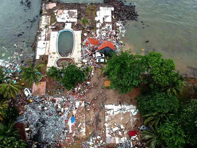 Carita Beach, lieu de villégiature très populaire sur la côte ouest de l'île de Java, au lendemain du tsunami, le 23 décembre.