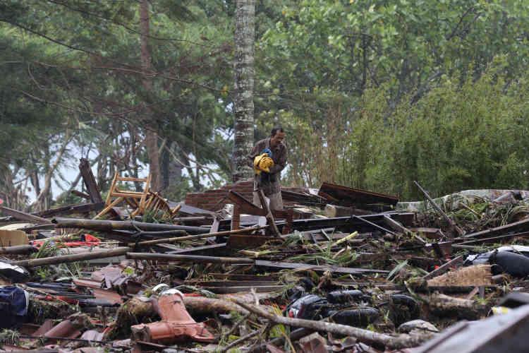 Un habitant du village deSumur, au sud de Java, dans les décombres de sa maison, le24 décembre.