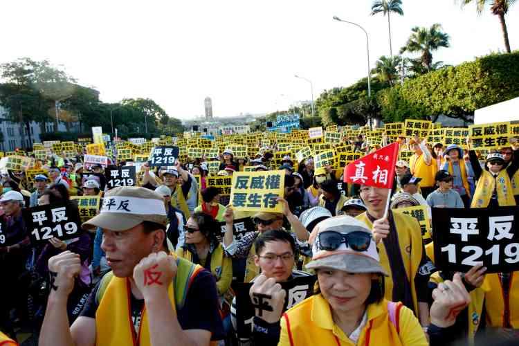 Des miliers de manifestants vêtus de gilets jaunes marchent pour demander une réforme des taxes, le 19 décembre, devant le palais présidentiel à Taipei, àTaïwan.