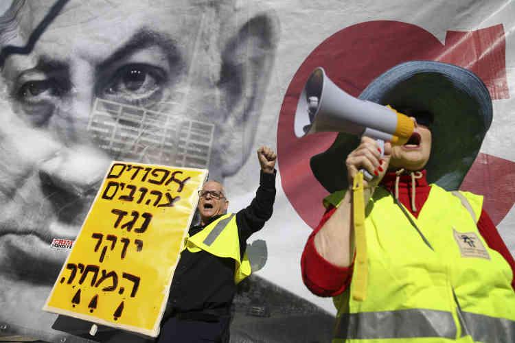 En Israël aussi, des manifestants ont enfilé le gilet jaune. Ils étaient quelques centaines à Tel-Aviv, le 14 décembre, avec des pancartes sur lesquelles on pouvait lire : «Les gilets jaune contre la hausse du coût de la vie». Les organisateurs ont affirmé s'inspirer du «modèle français pour obtenir de vrais changements» et le ministre des finances a annoncé la création d'une commission chargée de trouver des solutions.