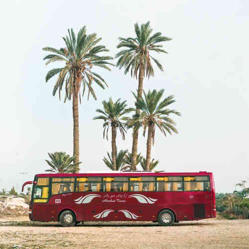 Un bus stationne dans un parc d'attractions de la périphérie de Jéricho.