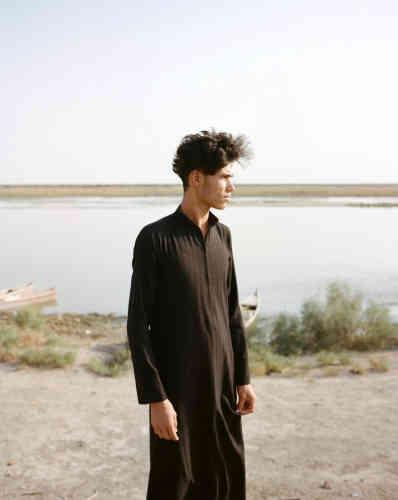 Jeune homme sur la rive de l'Euphrate, àChibayish, oùle niveau de l'Euphrate a diminué de façon dramatique (de quelque 80 cm).