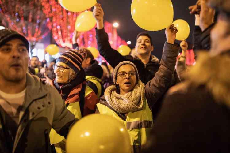 Manifestation des «gilets jaunes», le 31 décembre 2018 en début de soirée sur les Champs-Elysées à Paris.