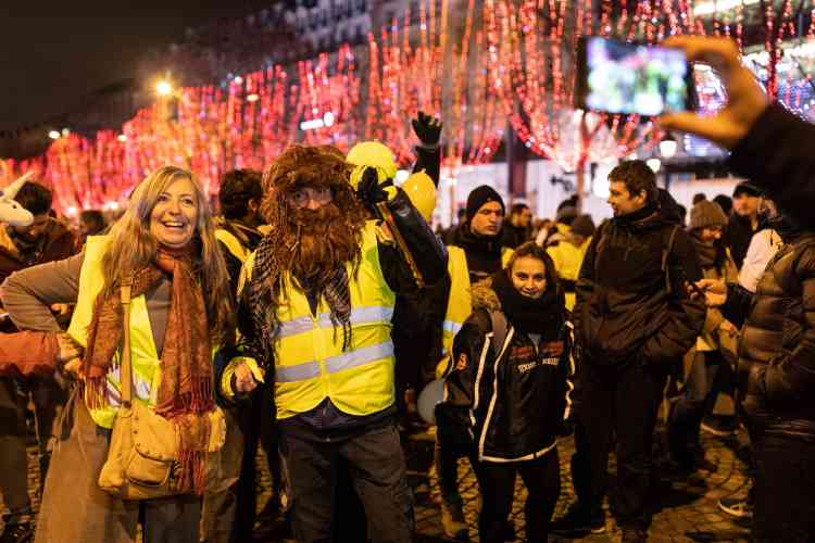 Les « gilets jaunes » se sont rapidement mélangés à la foule des fêtards des Champs-Elysées.