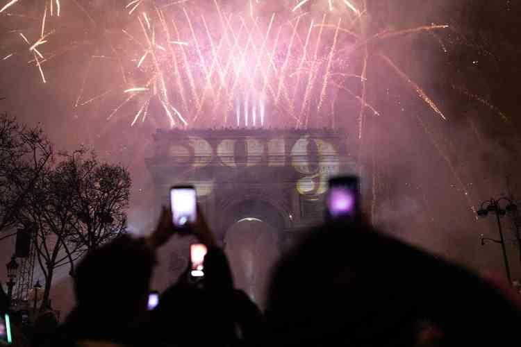 Le feu d'artifice autour de l'arc de Triomphe.