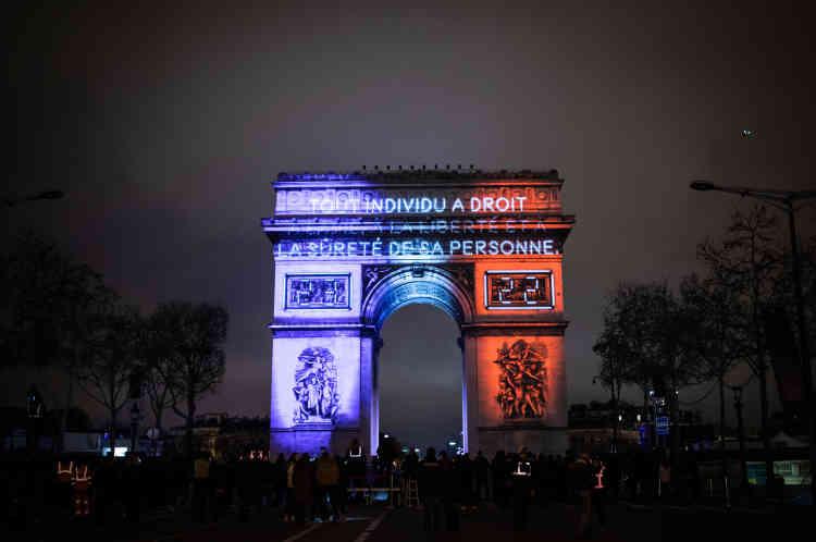 Avant minuit, le 31 décembre, les articles de la Déclaration universelle des droits de l'homme ont été projetés surl'arc de Triomphe.