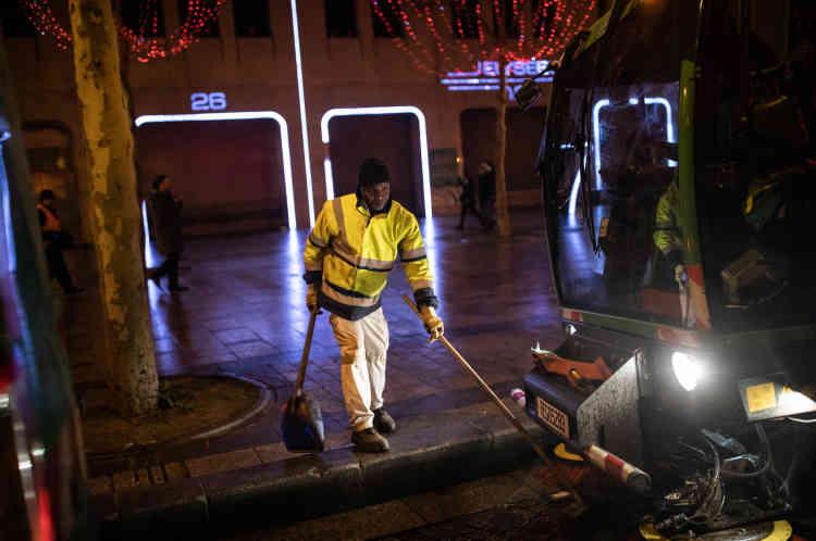 Le 1er janvier, après le feu d'artifice les Champs-Elysées se vident. Le service de la propreté de Paris nettoie l'avenue.