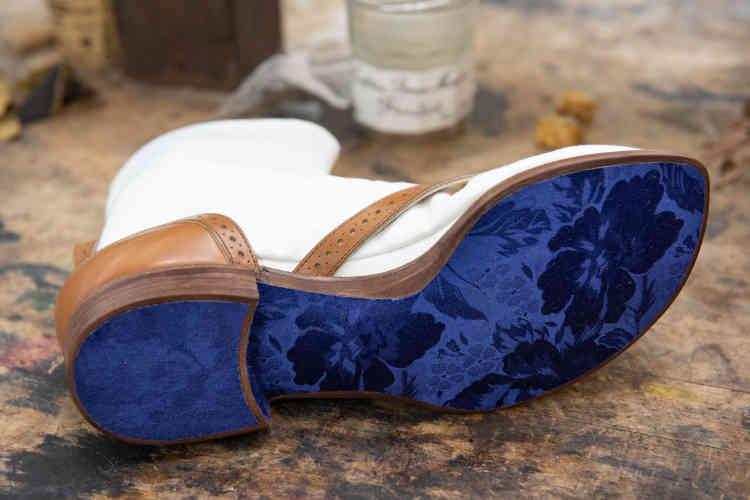 Lors de son séjour chez un bottier, à Tokyo, Yohei Fukuda, Aude Coutarel, lauréate d'une bourse attribuée par la Fondation J.M.Weston, a réalisé une chaussure en s'inspirant de modèles traditionnels japonais. Un compagnon doit passer un an de sa formation à l'étranger.