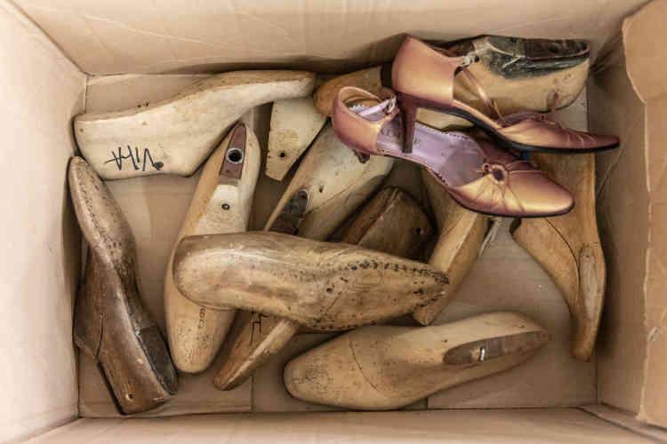 Les jeunes qui se destinent aux métiers de cordonnier et de bottier espèrent décrocher des postes au sein des marques de luxe qui fabriquent leurs collections en France. Un autre débouché important est celui de la podo-orthésie, métier fort technique qui consiste à fabriquer des chaussures sur-mesure pour des raisons médicales.