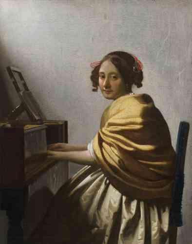 """Lara Yeager-Crasselt : «Dans l'une des dernières et plus intimes représentations d'une femme jouant d'un instrument de musique, dans un intérieur, peinte par Vermeer, la musicienne, élégamment vêtue, soutient notre regard, évoquant un sentiment d'immédiateté et d'intemporalité. Des analyses techniques récentes ont montré que cette composition était peinte sur le même lé de toile que celui de """"La Dentellière"""" (conservée au Musée du Louvre).»"""