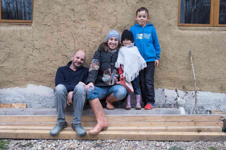 Amélie Bourquard, 38 ans, Philippe Eveilleau, 47 ans, et leurs enfants, Côme, 11 ans, et Lisa, 5 ans. La famille se qualifie plus de «transitionneurs» que de «collapsologues» – ceux qui considèrent que notre civilisation va s'effondrer.