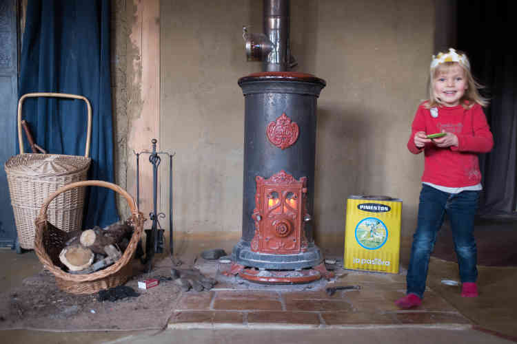 Un poêle permet de chauffer la maison. Le bois est issu à moitié de la forêt familiale,le reste acheté.