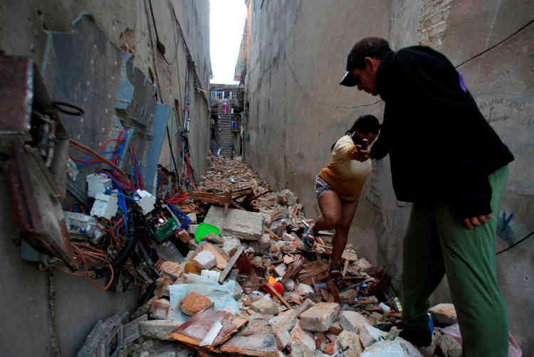 Des morceaux de balcons se sont détachés de certains bâtiments, et certaines rues de La Havane ont été coupées à cause d'arbres et de poteaux abattus.